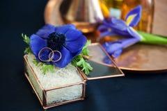 Ślubny wystrój z błękitnymi anemonami zdjęcie stock