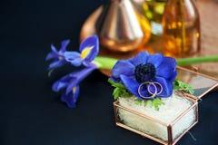 Ślubny wystrój z błękitnymi anemonami zdjęcie royalty free