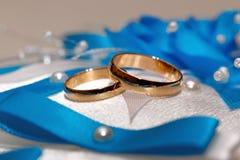 Ślubny złocisty pierścionek, dekoracje dla ślubu Obrazy Stock