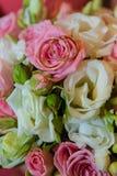 Ślubny złocisty pierścionek Romantyczni dwa zobowiązania diamentowi pierścionki są na panna młoda bukiecie różowi róż i białych k zdjęcie stock