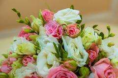Ślubny złocisty pierścionek Romantyczni dwa zobowiązania diamentowi pierścionki są na panna młoda bukiecie różowi róż i białych k zdjęcia royalty free