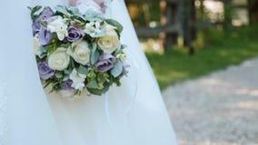 ślubnych bukietów kwiaty Panna młoda chodzi bukiet w ręce i trzyma zdjęcie wideo