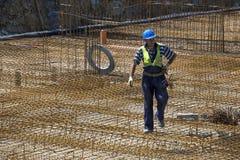 Ślusarza pracownik niesie stalowych pręt Zdjęcie Stock