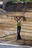 Ślusarza pracownik trzyma stalowych pręt Obrazy Royalty Free