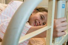 Śmiać się mieszającej biegowej tween dziewczyny w łóżku szpitalnym Zdjęcia Royalty Free