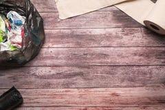 Śmieci brudny papier i sanitarna higiena tapetujemy na drewnianym tło składu opieki zdrowotnej pojęciu Obraz Stock
