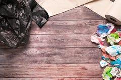 Śmieci brudny papier i sanitarna higiena tapetujemy na drewnianym tło składu opieki zdrowotnej pojęciu Zdjęcie Royalty Free