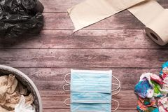 Śmieci brudny papier i sanitarna higieny maska na drewnianym tło składu opieki zdrowotnej pojęciu Fotografia Royalty Free