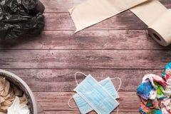 Śmieci brudny papier i sanitarna higieny maska na drewnianym tło składu opieki zdrowotnej pojęciu Obraz Royalty Free