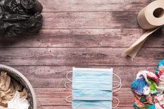 Śmieci brudny papier i sanitarna higieny maska na drewnianym tło składu opieki zdrowotnej pojęciu Zdjęcie Royalty Free
