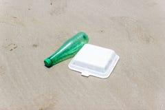 ?mieci i klingerytu butelki, piana i brudz? odpady na pla?owym Azja Tajlandia fotografia royalty free