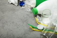 Śmieci na betonowym tle, opróżnia przestrzeń dla teksta zdjęcia stock