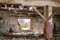 Śmieci na resztkach uszkadzający zawalony dom zanieczyszcza miasto ulicę z dżonką i ściółką obrazy stock