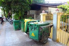 Śmieciarscy kosze na azjatykciej ulicie obrazy royalty free