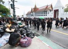 Śmieciarscy mężczyzna i ruch Tajlandzcy ludzie żałobników wpólnie na drodze przy Watem Phra Kaew na Październiku 22, 2016 Zdjęcie Stock