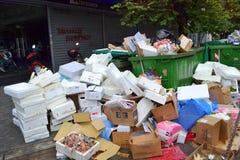 Śmieciarscy rozsypiska na ulicie Fotografia Royalty Free