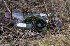 Śmieciarscy rozsypiska w parku Temat - ekologia zdjęcie royalty free