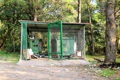 Śmieciarscy zbiorniki w płotowej klatce, ordynansie/stowed pojemnik na śmiecie dla oddzielnej śmieciarskiej kolekci Fotografia Stock