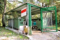 Śmieciarscy zbiorniki w płotowej klatce, ordynansie/stowed pojemnik na śmiecie dla oddzielnej śmieciarskiej kolekci Fotografia Royalty Free