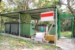 Śmieciarscy zbiorniki w płotowej klatce, ordynansie/stowed pojemnik na śmiecie dla oddzielnej śmieciarskiej kolekci Zdjęcia Royalty Free