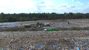 Śmieciarska ciężarówka iść między wierzchołkiem śmieci, widok z lotu ptaka zdjęcie wideo