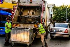 Śmieciarska ciężarówka I pracownicy Zdjęcia Royalty Free