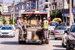 Śmieciarska ciężarówka I pracownicy Na obowiązku Obraz Stock
