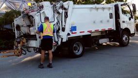 Śmieciarska ciężarówka jedzie zbierackiego śmieci zbiory