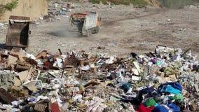 Śmieciarska ciężarówka na usypie zdjęcie wideo