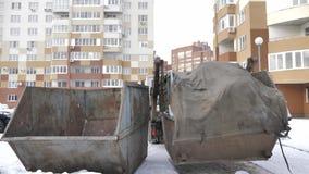 Śmieciarska ciężarówka w jardzie bierze za gracie i odpady zbiory