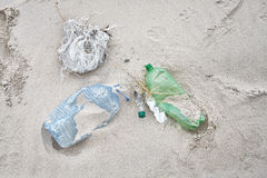Śmieciarska lewica na plaży, zanieczyszczenia środowiska pojęcie Zdjęcie Royalty Free
