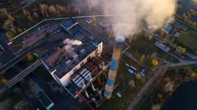 Śmieciarska spopielanie roślina Jałowa piec do spalania roślina z dymienia smokestack Problem zanieczyszczenie środowiska obok fotografia stock