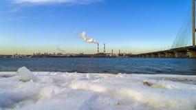 Śmieciarska spopielanie roślina Jałowa piec do spalania roślina z dymienia smokestack Problem zanieczyszczenie środowiska obok zdjęcia stock