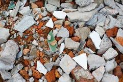 Śmieciarski cegły rozsypisko, moździerzy czerepy fotografia stock