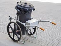 Śmieciarski kosz na kołach dla drogowy brukowego czyści Zdjęcia Royalty Free