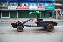 Śmieciarski przewożenie samochód. Obraz Royalty Free