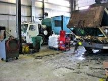 Śmieciarskiej ciężarówki garaż fotografia royalty free