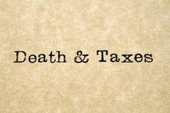 Śmierci & podatków maszyna do pisania typ obrazy stock