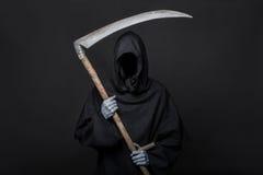 Śmiertelna żniwiarka nad czarnym tłem halloween Zdjęcie Royalty Free