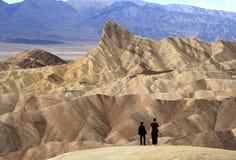 ŚMIERTELNA dolina KALIFORNIA, LISTOPAD, - 28 2009: Dwa ludzie przy Zabriskie punktem w Śmiertelnym Dolinnym parku narodowym Kalif obraz royalty free