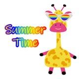 Śmieszna śliczna żyrafa z szkłami i wpisowym lato czasu plakatem dla przyjęcia, plaży i dzieci wakacyjnych lata, ilustracja wektor