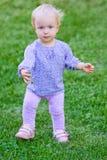 Śmieszna śliczna dziewczynka na trawie Obraz Stock