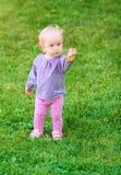 Śmieszna śliczna dziewczynka z kwiatem Obrazy Royalty Free