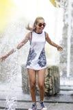 Śmieszna amerykanina afrykańskiego pochodzenia nastolatka dziewczyna z Dreadlocks Cieszy się Z fontanną Zdjęcie Stock