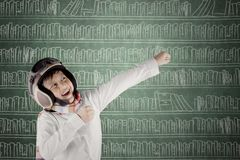 Śmieszna Azjatycka chłopiec jest ubranym rocznika pilotowego hełm Obraz Stock