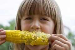 Śmieszna berbeć dziewczyny łasowania kukurudza Obraz Stock