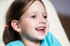 Śmieszna bezzębna dziewczyna śmia się z jego usta otwartym Obrazy Stock