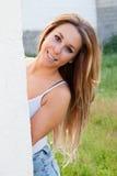 Śmieszna chłodno dziewczyna z blondynka włosy zdjęcia stock