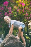 Śmieszna chłopiec na skale fotografia royalty free