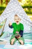 Śmieszna chłopiec z sokiem 2-3 roku kochanie Pojęcie li Fotografia Royalty Free
